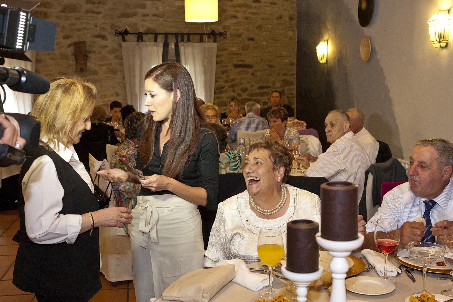 Servicio Bilbo Dj organización bodas camarera falsa